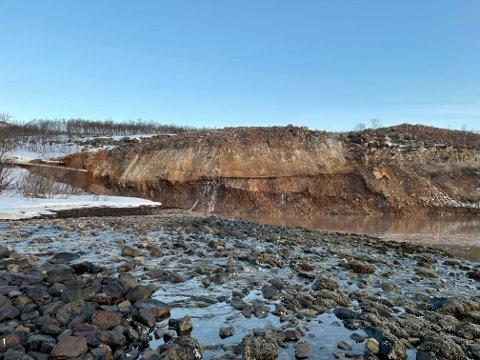 Et jordskred har tatt med seg rundt 250 meter av fylkesvei 98 ved Steinvik i Tana. Foto: Statens vegvesen / NTB