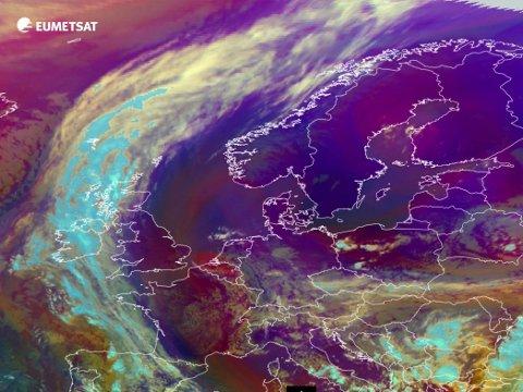 SKYFRITT: Satelittbilde fra EUMETSAT tatt mandag ettermiddag ved 15-tiden viser klarvær over det meste av Norge.