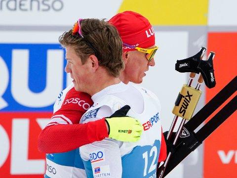 Aleksandr Bolsjunov og Johannes Høsflot Klæbo har hatt mange dueller i skisporet. Her etter 30 kilometer med skibytte i VM i Oberstdorf i februar. Foto: Lise Åserud / NTB