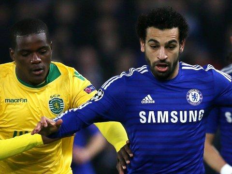 BLÅTT? Er dette drakta man kan ende opp med å se Mohamed Salah i i framtida? Her avbildet i en duell mot Sportings William Carvalho i desember 2014.
