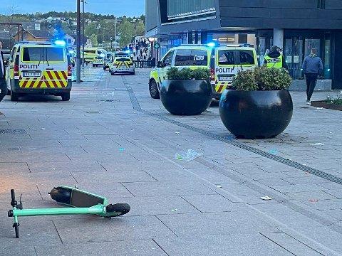 KALTE INN FORSTERKNINGER: Det ble kastet stein og flasker mot politiet på Stortorget i Fredrikstad 17. mai. Politihelikopter og store forsterkninger ble sendt for å bistå.