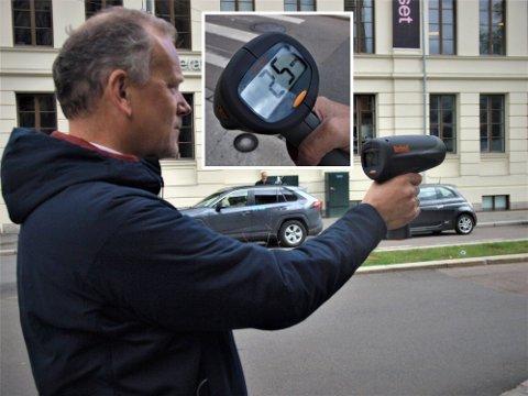 RÅKJØRING: Hallvard Müller målte hastigheten på elsparkesykler på fortauet. Farten overrasket førerne.
