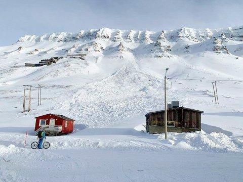 Bilde tatt etter et større skred ved Nybyen tidligere år. Tre ganger denne vinteren har beboerne blitt evakuert, og den siste evakueringen er nå forlenget. Foto: Sysselmannen / NTB