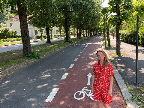 SYKKELKAMP: Her i Gyldenløves gate på Frogner i Oslo er det i år bygget sykkelfelt, der protestene fra naboene har vært store. Nå etterlyser Helene Ree Ruden i Fremtidens Frogner velforening svar fra byrådsleder Raymond Johansen (Ap) om de omstridte røde sykkelfeltene.
