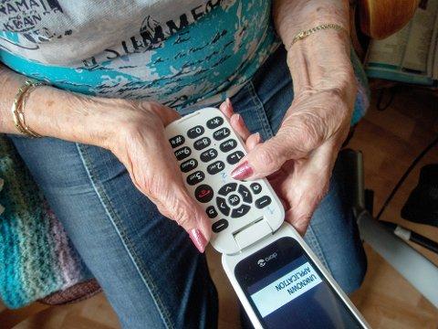 Eldreombudet mener at koronasertifikatet diskriminerer ikke-digitale eldre. Her et bilde av en eldre dame med telefon. Illustrasjonsfoto: Gorm Kallestad / NTB