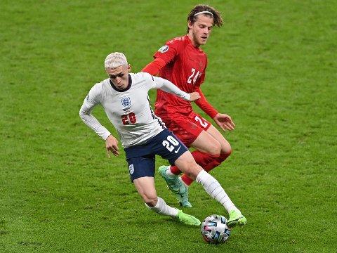 UHELDIG: Midtbanespiller Mathias Jensen (til høyre) måtte forlate ekstraomgangene mot Phil Foden og England, til tross for at Danmark jaget utligning.