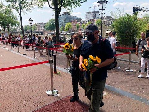 Flere tusen mennesker to i kø for å minnes den drepte journalisten Peter R. de Vries i Amsterdam onsdag. Foto: Aleksandar Furtula / AP / NTB