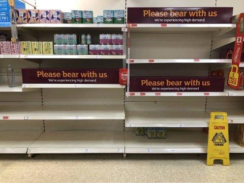 Torsdag var flere butikkhyller tomme i Storbritannia. Flere supermarked og leverandører advarer nå mot matmangel på grunn av de mange ansatte som er tvunget i karantene på grunn av smitteutbruddet i landet. Foto: Matthew Cooper/PA / AP / NTB