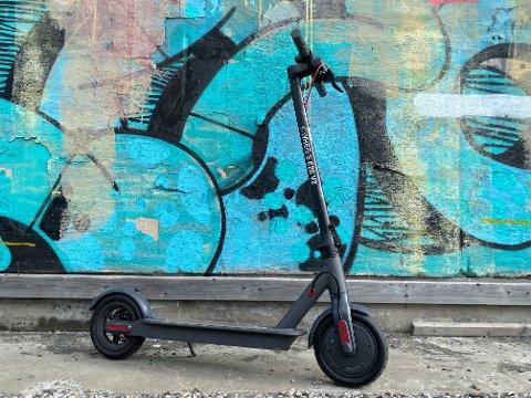 Norske E-Wheels har imponert mange eksperter med sin populære el-sparkesykkel. Her får du tak i den.