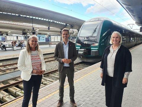 BILLETT-TRIO: Administrerende direktør i Entur, Christel Borge, samferdselsminister Knut Arild Hareide og fungerende jernbanedirektør Marit Rønning jobber med en norsk, nasjonal «interrailbillett».