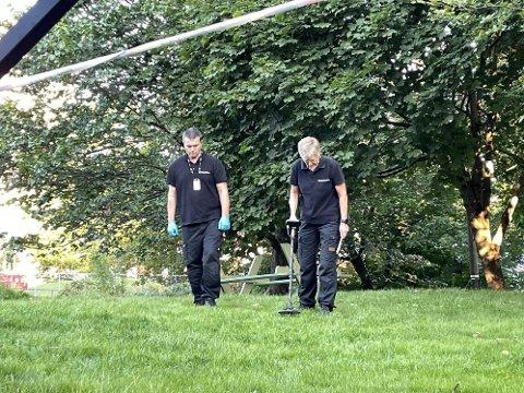 SØKER: Onsdag morgen har politiet sperret av et skogholt øst i borettslaget, og søker i området med metalldetektor.