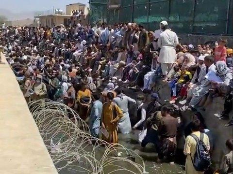 TETT I TETT: Det har samlet seg en folkemengde utenfor Kabul flyplass. Mange av dem stående til knærne i kloakk, i håp om å kunne unnslippe det talibanstyrte landet.