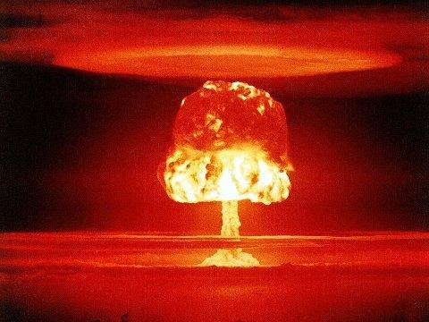 Bildet viser en atomsopp etter en amerikansk atomprøvesprengning i 1954. Norske leger mot atomvåpen mener dagens regjering ikke har gjort god nok innsats innen atomnedrustning.
