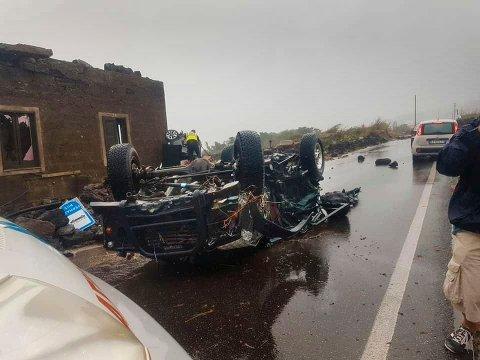En bil som ble kastet rundt av tornadoen på Pantelleria fredag kveld. De to som omkom, befant seg i biler som ble truffet av tornadoen. Foto: Protezione Civile / AP / NTB