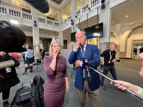 MED PARTYHATTER: Statsråd Guri Melby og helsedirektør Bjørn Guldvog poserte med partyhatter etter pressekonferansen fredag. Hva er din reaksjon på gjenåpningsbudskapet?