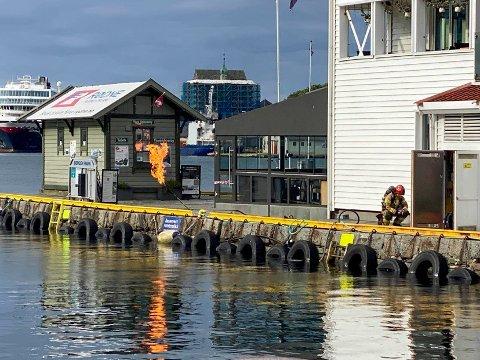 Brannvesenet jobber med å sikre propantanken som har ført til eksplosjonsfare ved Zachariasbryggen i Bergen. Foto: Richard Halland / NTB