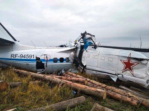 Det tsjekkiskbygde flyet av typen L-410 fikk store skader i ulykken i Tatarstan søndag. Foto: Det russiske departementet for krisehåndtering / AP / NTB
