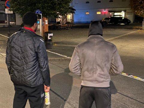 MØTTE MANN MED PIL I RYGGEN: Studentene James (21) (t.v) og David (20) skulle handle på Coop da de møtte en mann ved inngangen med en pil i ryggen.