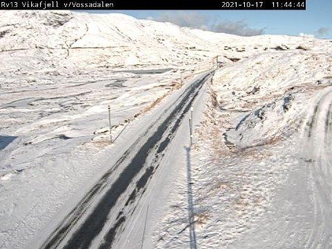Det er både hvitt og kaldt på samtlige fjelloverganger på høstferiens siste dag. Her fra Vikafjell.