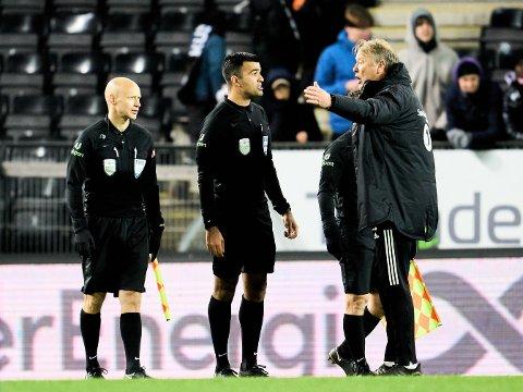 RASENDE: Rosenborgs-trener Åge Hareide var ikke enig med dommer Rohit Saggi etter eliteseriekampen mellom Rosenborg og Vålerenga.
