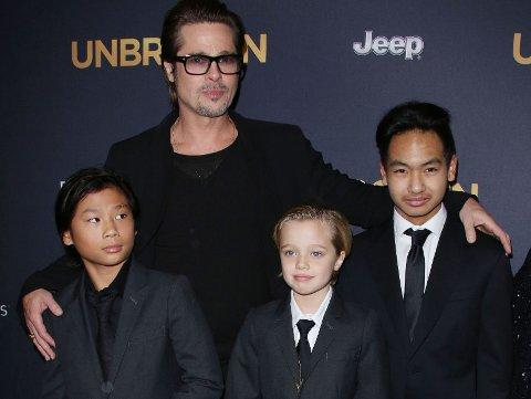 BRAD PITT og barna Maddox, Shiloh og Pax på den røde løperen.