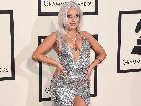 NY FRISYRE: Lady Gaga har byttet ut sin platinablonde frisyre med en kort, mørk bob.