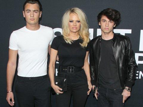 PÅ DEN RØDE LØPEREN: 48 år gamle Pamela Anderson med sine to sønner.