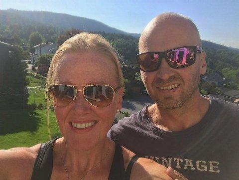OVERRASKET: Hilde Østerholt (46) og Arne Åkvik (45) trodde ikke sine egne ører da Nordlys slo på tråden. Nå reiser de fra varmerekord i Bærum til midnattssol og ensifrede temperaturer og regnbyger i Tromsø i helga.