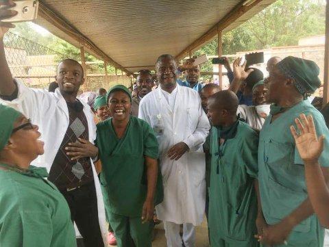 Denis Mukwege (i midten i hvit frakk) blir hyllet på Panzi-sykehuset i Bukavu i Øst-Kongo etter at han fikk beskjeden om at han er tildelt Nobels fredspris for 2018. Foto: Kirkens Nødhjelp / NTB scanpix