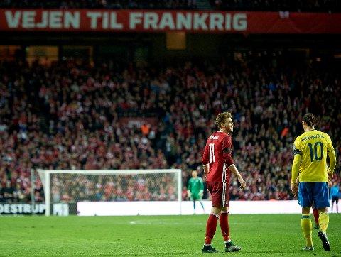 HYLLES: Zlatan Ibrahimovic (t.h.) hylles av Nicklas Bendner (t.v.).