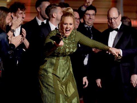 Adele tar imot Grammy-prisen for årets album under utdelingen natt til mandag.