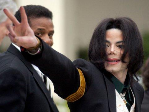Den avdøde popstjernen Michael Jackson, her fotografert 2. mars 2005, blir i en ny dokumentar fra HBO beskyldt for seksuelle overgrep mot barn. I NRK hadde redaksjonsledelsen bestemt at Jacksons musikk ikke skulle spilles i to uker. Foto: Michael A. Mariant/ AP/ NTB scanpix