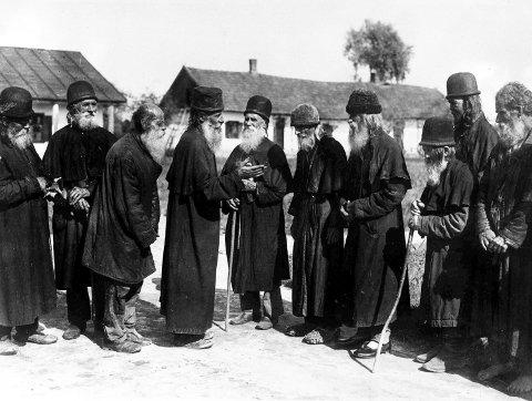 1928: En gruppe med spedalske er samlet for å prate i kolonien sin 16. april, 1928.