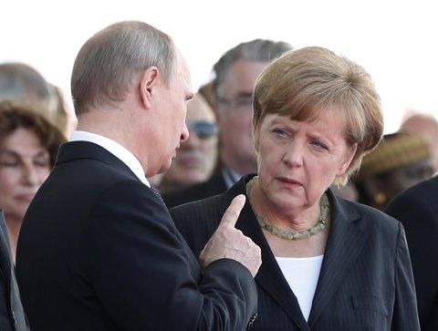 SVEKKET: Den russiske presidenten Vladimir Putin og Tysklands kansler Angela Merkel fotografert sammen da de møttes i Normandie for å minnes D-dagen i juni 2014.