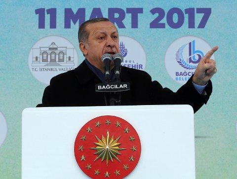 Tyrkias president Recep Erdogan langet lørdag ut mot Nederland etter at to av hans statsråder ble nektet å avholde valgmøter der.