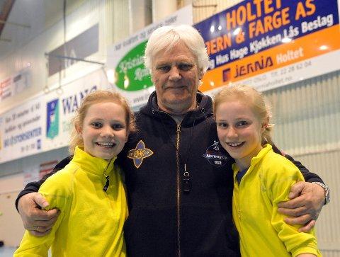 Frode Kyvåg med tvillingdøtrene da de var 13 år. Håndballikonet trivdes godt som trener for døtrene da de var yngre.