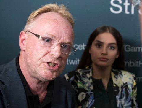 Per Sandberg og Bahareh Letnes snakker ut på pressekonferansen tirsdag.