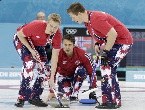 SLÅTT UT: Thomas Ulsrud og de norske curlinggutta utnyttet ikke sin siste sjanse til å sikre avansement til semifinalen, og er slått ut av OL.
