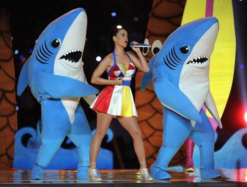 OPS: Haien til venstre hadde ikke alle danse-moovsene helt inne, kan man vel si. At det ser sykront ut på akkurat dette bildet, må nok tilskrives tilfeldigheter.