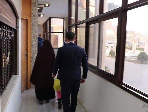 HENTET I SYRIA: En norsk delegasjon var tirsdag iQamishli i Syria der kvinnen og de to barna ble overlevert til norske myndigheter. Bildet er fra en video publisert av syriske myndigheter.