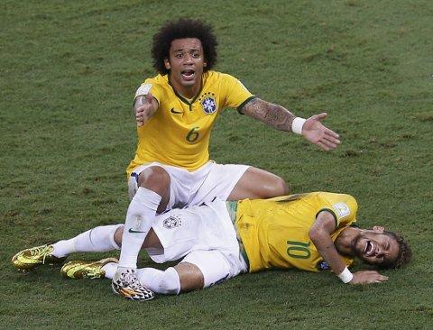 SKADET: Neymar vrir seg i smerter.