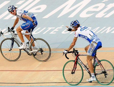 GRATULERER: Pozzato fikk sjansen til å gratulerer Tom Boonen med seieren før målgang i fjor. Grunnen er at de sykler en og en halv runde inne på Velodromen i Roubaix før de er i mål.