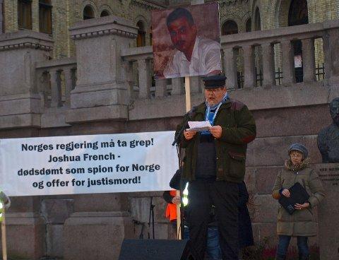 Knut Moland holdt appell under fakkeltoget for Joshua French.