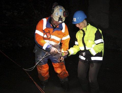 SNART SMELLER DET: En lett nervøs samferdselsbyråd Guri Melby tente lunta på en av de siste dynamittsalvene i Lørenbanetunnelen i forrige uke. FOTO: ØYSTEIN DAHL JOHANSEN