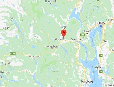 Politiet fikk mandag formiddag flere meldinger fra publikum om at en lettkledd og svært beruset mann var til sjenanse i Hokksund. Han skal ha gått rundt ute i veien og forsøkt å dirigere trafikken, samt åpne bildører. Kart: Google Maps