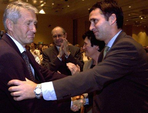 TAPEREN: Thorbjørn Jagland gratulerer sin arvtaker Jens Stolteberg da Arbeiderpartiet fikk ny leder på landsmøtet i 2002. I bakgrunnen partisekretær Martin Kolberg og nestleder Hill-Marta Solberg.