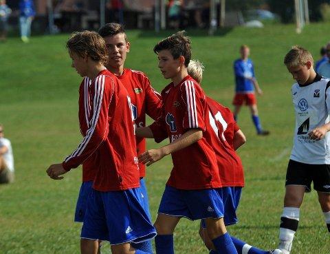 Skeids fotballgutter lekte seg med Førde i åpningskampen og vant 9-0.