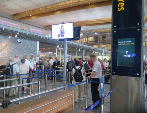 UVITENDE PASSASJERER: Gardermoen har overvåket reisende i sikkerhetskontrollen siden 2010.