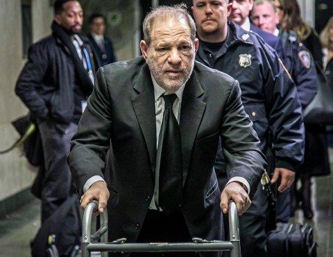 Harvey Weinstein forlater rettssalen i New York etter at juryen i rettssaken mot ham ble pekt ut i forrige uke.