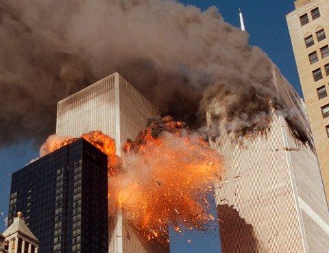 Arkivfoto som viser røyk og flammer fra World Trade Center der kaprere styrtet to passasjerfly. Foto: Chao Soi Cheong / AP / NTB